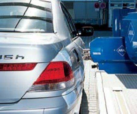 В Нидерландах автомашины заправляет бензином робот