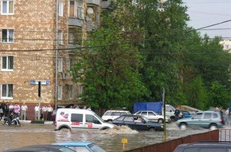 Автотрассы Москвы затоплены из-за сильного дождя