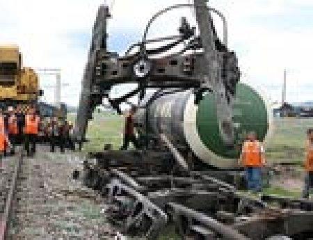 На западе Казахстана с рельсов сошли с семь вагонов с нефтью