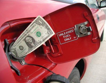 Бензин медленно, но дешевеет